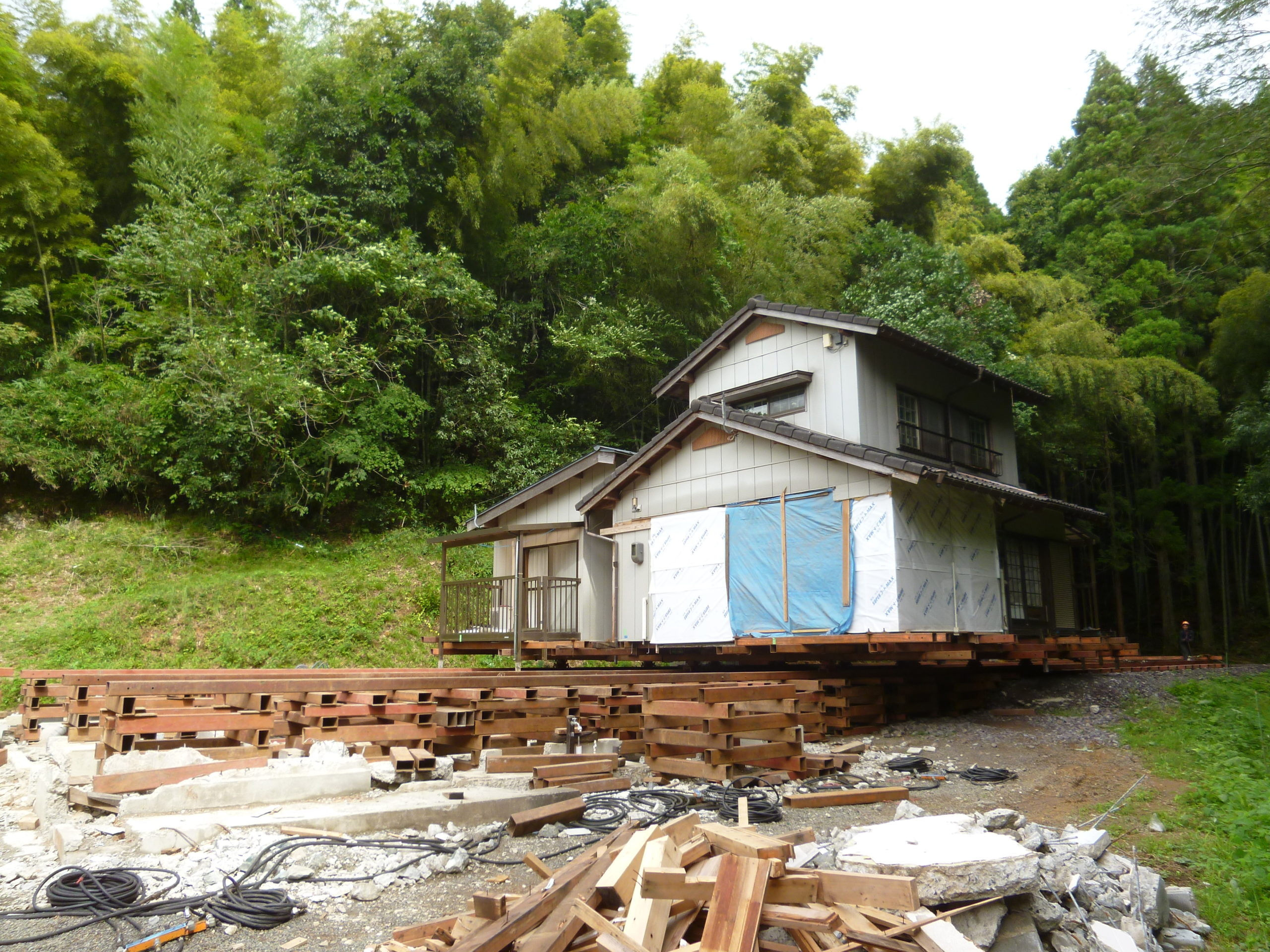 増築された木造建物の曳家工事